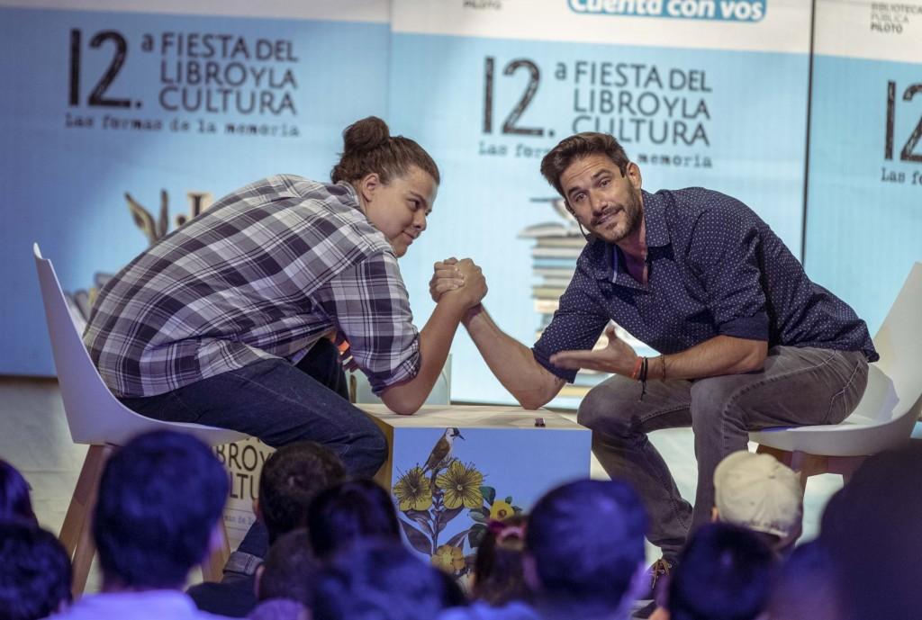 Javier Santaolalla (derecha) convierte sus conferencias en una experiencia interactiva con el público. Foto: Camilo Díaz - Alcaldía de Medellín