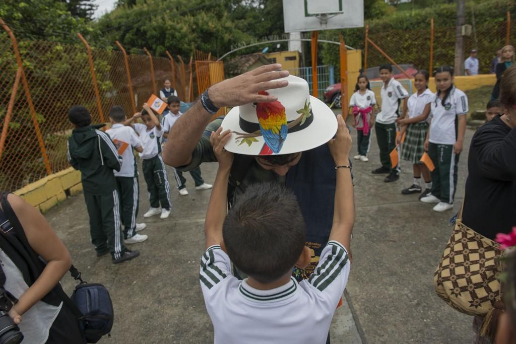 an Palomino recibe el primer regalo de los niños de la Institución Educativa La Isaza.
