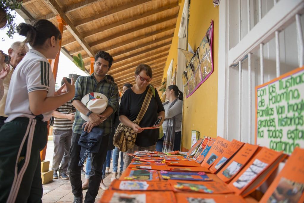 La escritora colombiana Irene Vasco y el ilustrador mexicano Juan Palomino conocieron los cuenticos naranjados que los niños de El Hatillo escribieron inspirados en sus obras.