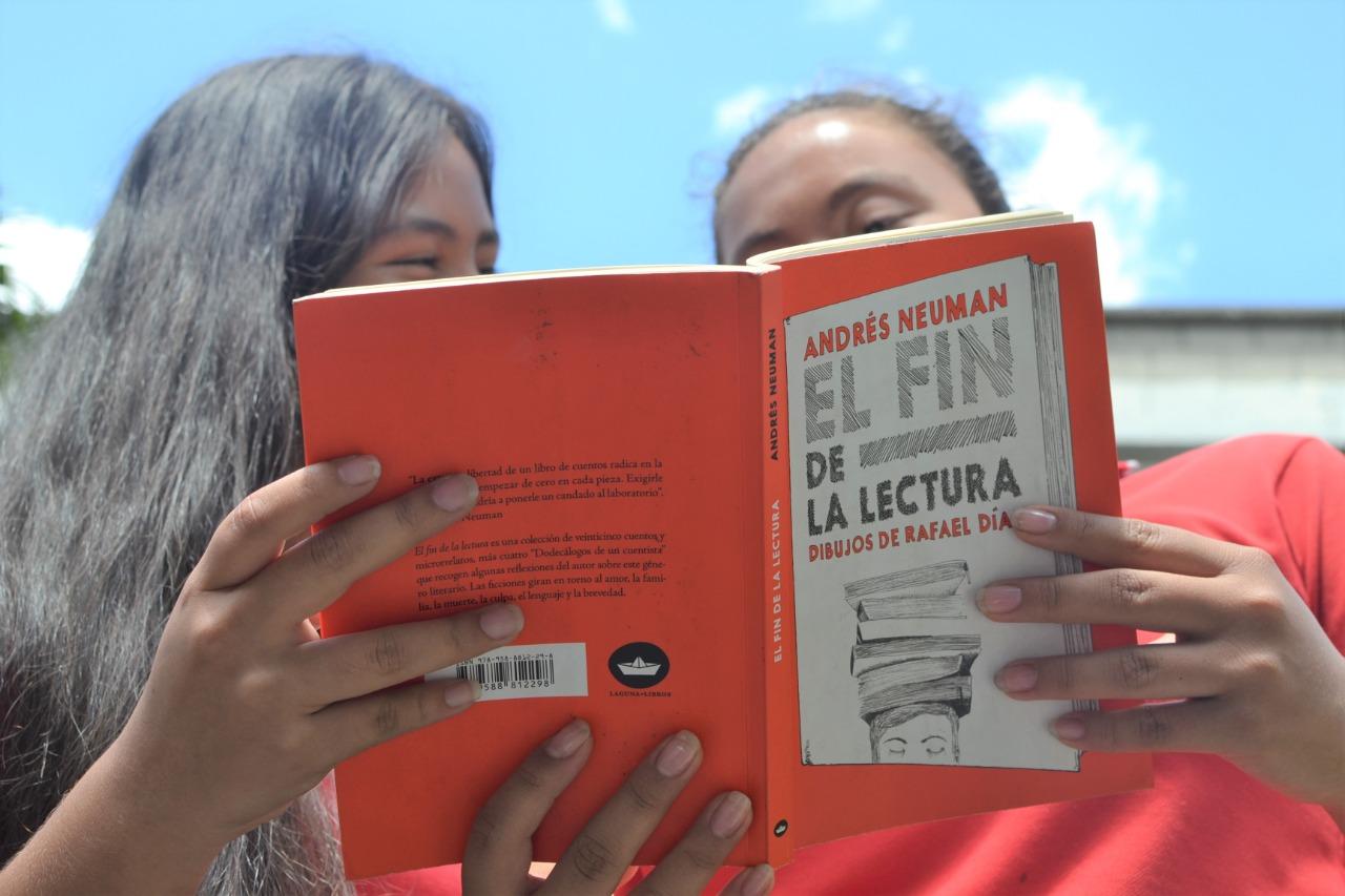 Encuentros literarios en el patio de un colegio