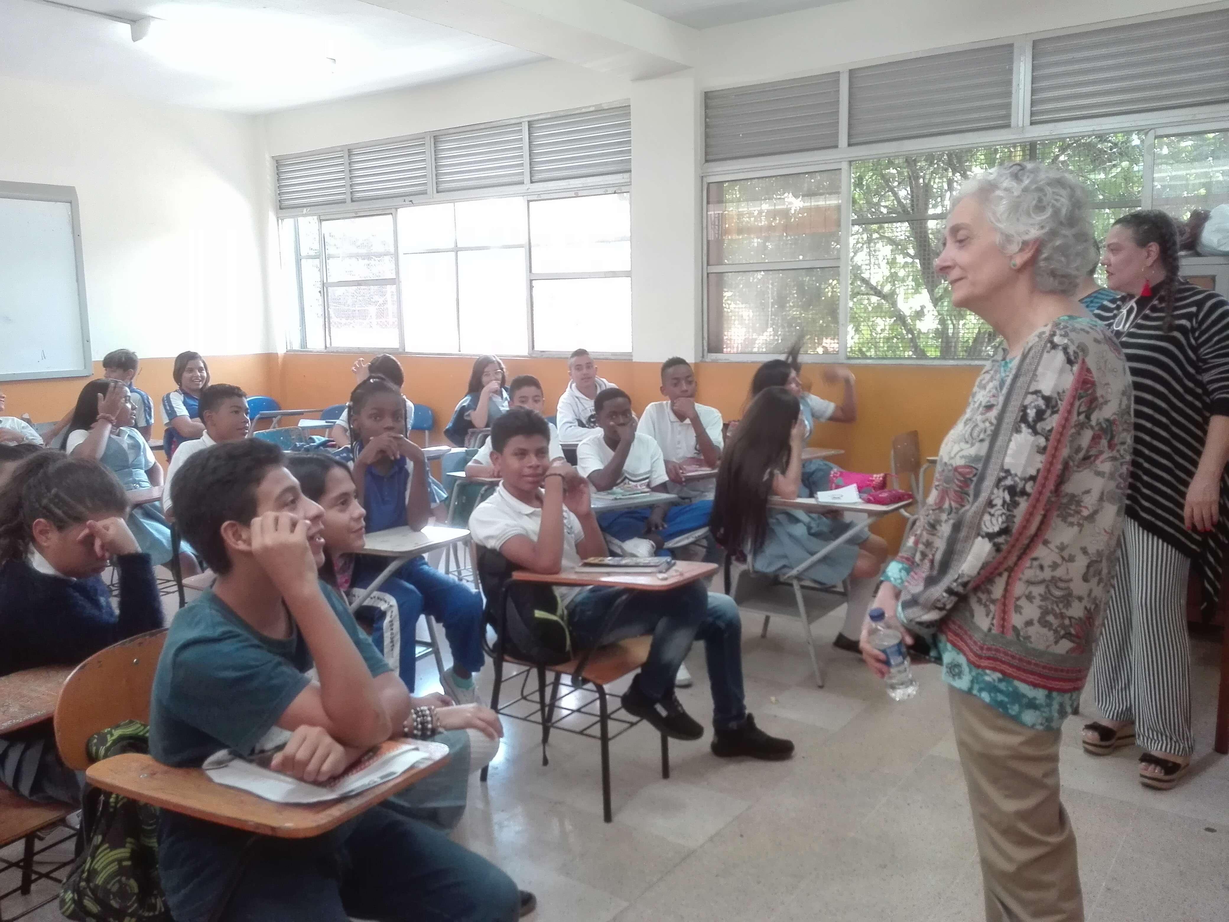 La mujer que mira los guayacanes