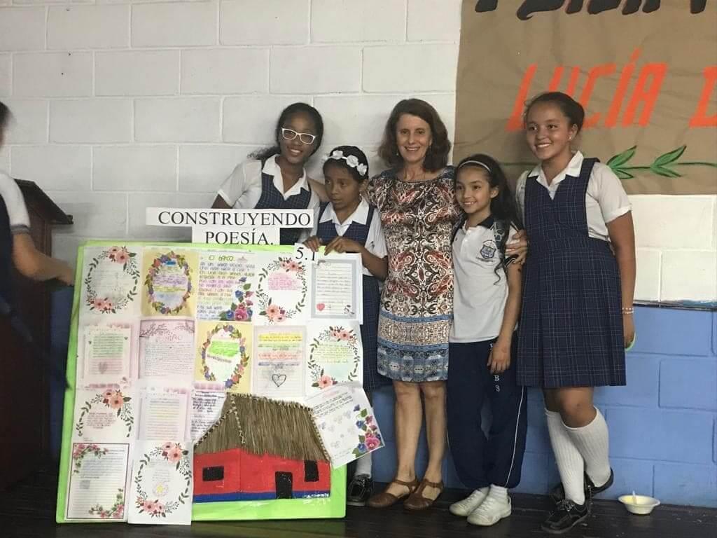 Lucía Donadío y sus pequeños lectores